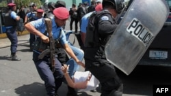 Policía reprime a manifestantes en Nicaragua.