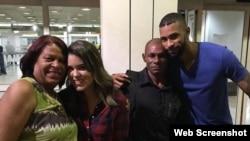 El pelotero cubano de los Orioles de Baltimore, Henry Urrutia (d) , junto a sus familiares en Venezuela.