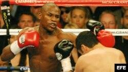 Foto de archivo. El boxeador estadounidense Floyd Mayweather Jr. (d) golpea con la zurda al púgil mexicano-americano Oscar De La Hoya durante su combate por el título de los pesos súper welter del Consejo Mundial de Boxeo disputado en 2007 en Las Vegas.