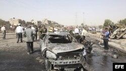 Restos de un coche calcinado en los atentados de Siria