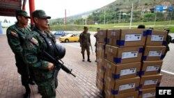 Militares custodian el descargue de cajas material electoral hoy, viernes 15 de febrero de 2013,