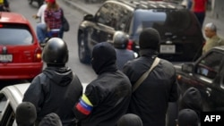 """Miembros enmascarados de un """"colectivo"""" pro gubernamental patrullan las calles de Caracas."""