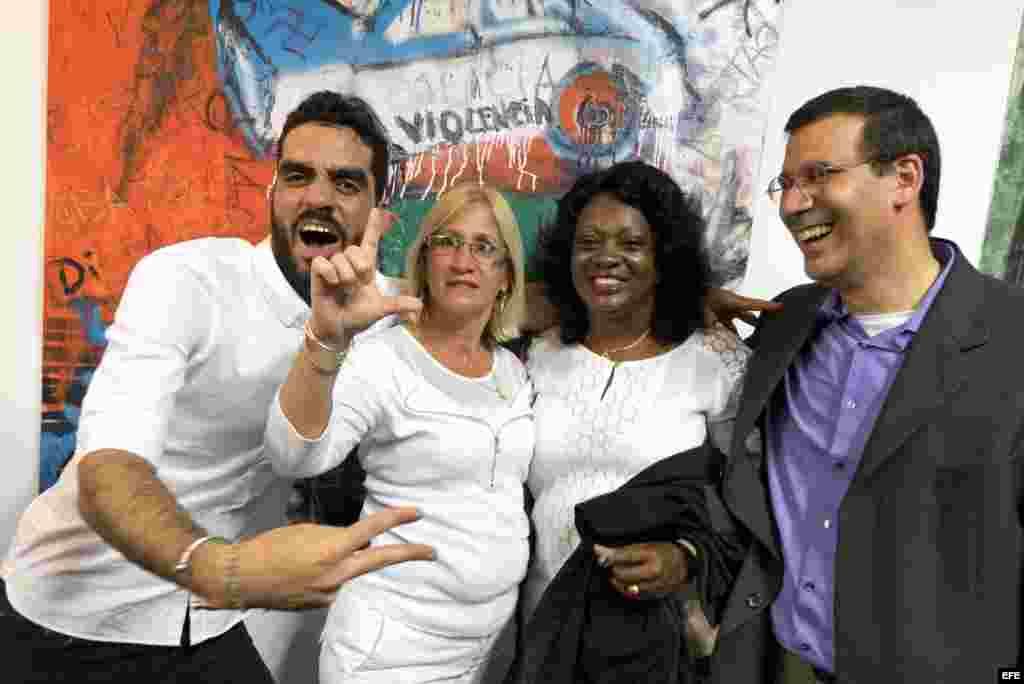 """El artista cubano Danilo Maldonado (izda), conocido como """"El Sexto"""", posa junto a los disidentes cubanos Cristina Labrada (2ºizda), Berta Soler (2ºdcha) y Antonio Rodiles (dcha) en la exposición del artista """"Cerdo"""" en la Market Galery en Miami (Estados Un"""
