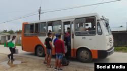 Evacuación en ómnibus de residentes de Isabela de Sagua por el paso de Eta.