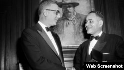 Dr. Ralph Bunche (D) recibe Medalla de la Asociación Theodore Roosevelt de manos de Oscar Strauss