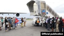 Recepción en el aeropuerto de Libreville de la delegación cubana de salud, 11 de abril de 2021. © Ministerio de Salud