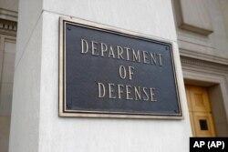 Esta foto muestra un letrero del Departamento de Defensa en el edificio del Pentágono, en Arlington, Virginia, en las afueras de Washington, el 19 de abril de 2019. Foto: Archivo/AP
