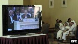 Varios periodistas siguen por televisión la intervención del líder de la opositora Coalición Nacional Siria (CNFROS)