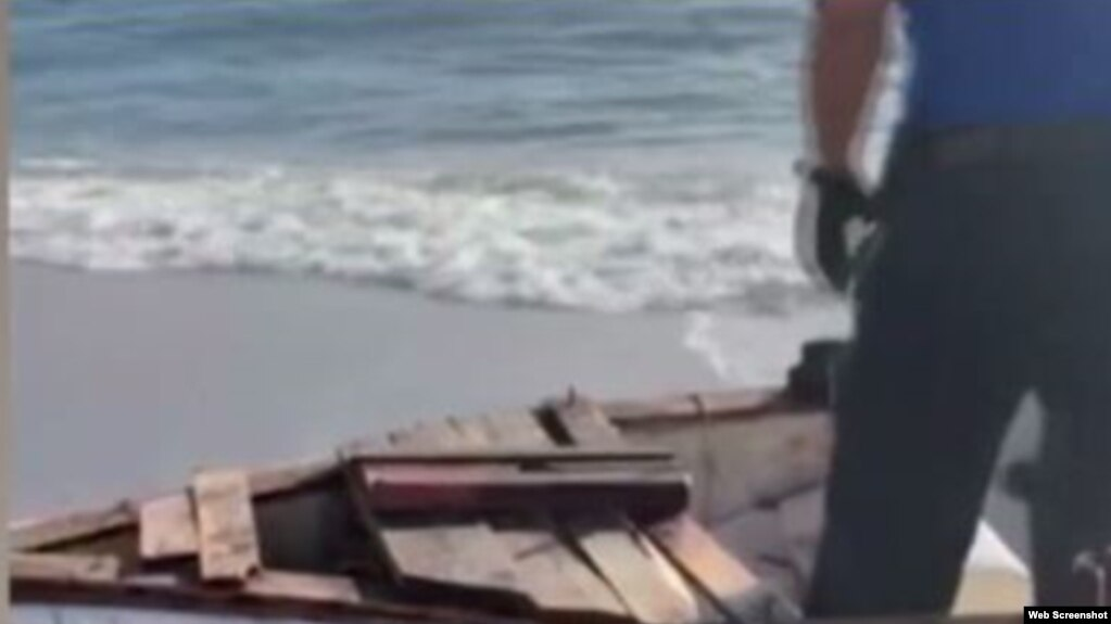 El bote abandonado en la playa de Sunny Isles es inspeccionado por las autoridades. (Captura de imagen/Telemundo 51)