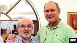 El presidente de la UCAM, José Luis Mendoza (i), y el viceministro de Deportes de Cuba, Alberto Juantorena.