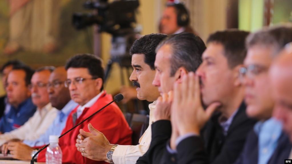 Fotografía cedida por el Palacio de Miraflores donde se observa al presidente venezolano Nicolás Maduro (c) durante un acto de gobierno