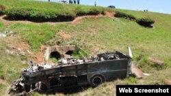 Así quedó el autobús de transporte de los trabajadores del centro turístico de Soroa. El accidente dejó 41 heridos.