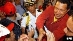 El presidente venezolano Hugo Chávez saluda a sus seguidores, en vísperas de que la oposición venezolana entregara las 3,4 millones de firmas a favor de un referendo para revocar al presidente en diciembre de 2003.