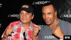 """Los ex boxeadores, Roberto """"Mano de Piedra"""" Durán (i), junto a """"Sugar"""" Ray Leonard (d)."""