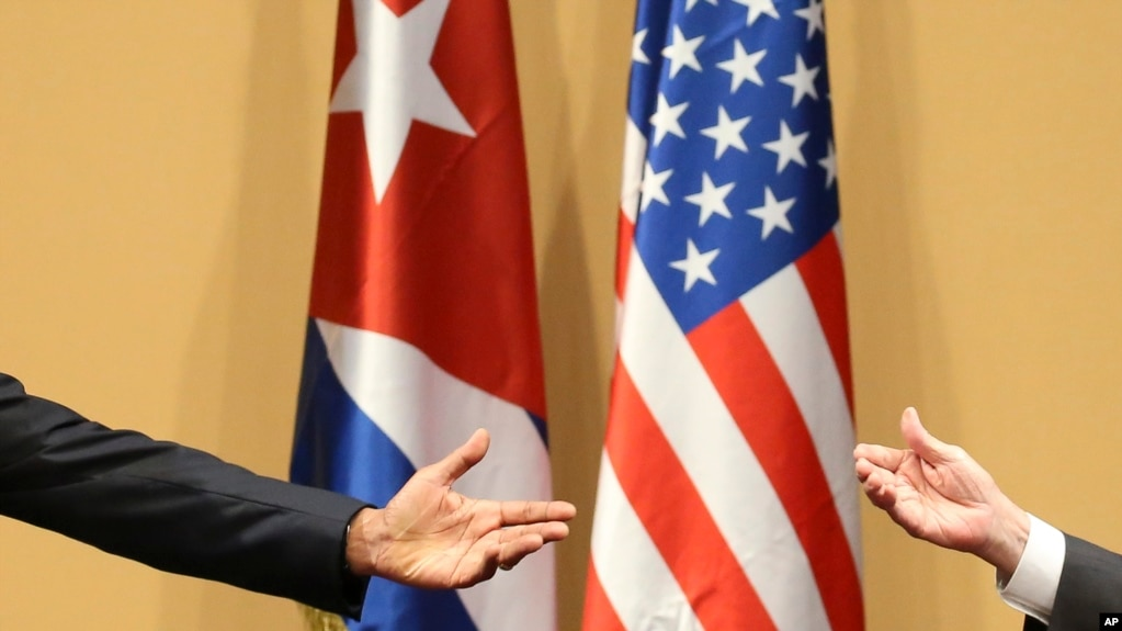 Las manos del presidente Barack Obama (izquierda) y del general Raúl Castro (derecha), en una conferencia de prensa en La Habana el 21 de marzo de 2016. (AP Photo/Dennis River)