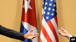 Las manos de Barack Obama y Raul Castro en conferencia de prensa en La Habana el 21 de marzo de 2016. AP Photo/Dennis River
