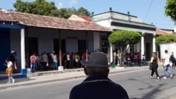 Una multitud se congrega en la tienda El Éxito, en Las Tunas, para comprar detergente. (Foto: Yolanda Carmenate)