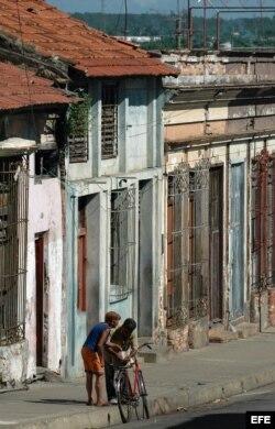 Foto de archivo:Dos personas conversando en una vieja calle de la ciudad de Cienfuegos, al sur de Cuba.