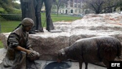 Detalle de una escultura de una niña con una ovejita que forma parte del conjunto de las estatuas que conformarán el Monumento al Tejano .