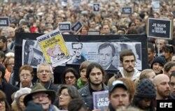 Miles de personas marchan en la ciudad de Toulouse en repulsa por el ataque terrorista a la revista Charlie Hebdo.