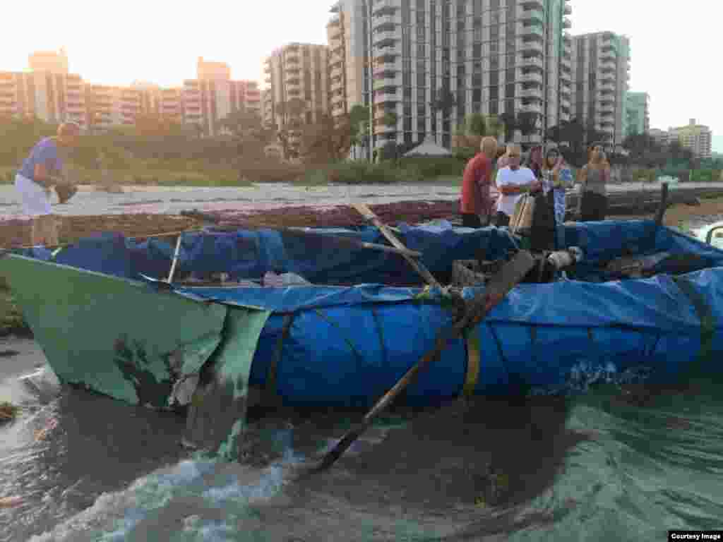 Embarcación en la que 13 cubanos viajaron desde Cuba hasta Key Biscayne. Foto Cortesía de Jorge L. Camero.