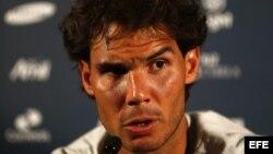 El tenista español Rafael Nadal habla durante una conferencia de prensa acerca de su participación en el Rio Open de Tenis.