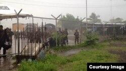 Soldados nicaragüenses impiden el paso a cubanos en la frontera.