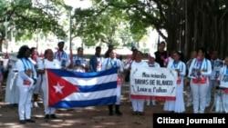 Reporta Cuba. Damas de Blanco hoy en el Parque Gandi. Foto: Ángel Moya.