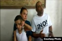 Arianna Lopez, preso politico Mitzael Díaz Paseiro e hijo antes de ir a prisión
