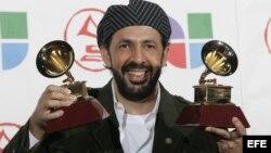 El dominicano Juan Luis Guerra posa con sus trofeos./ Foto de Archivo