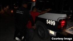 La policía detiene a un sospechoso. (Foto: SIPSE)