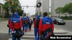 Jugadores de la selección masculina de voleibol de Cuba caminan por las calles de Detroit, Michigan.