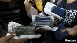 Pasaportes cubanos. REUTERS/Juan Carlos Ulate