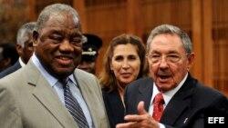 ARCHIVO. 2009 Raúl Castro (d), junto al expresidente de Zambia, Rupiah Bwezani Banda.