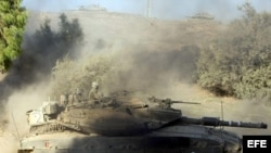 Maniobra de tanques israelíes cerca de la frontera de la franja de Gaza