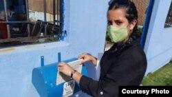 La periodista Camila Acosta deposita la solicitud en el buzón de la Fiscalía General de la República de Cuba. (Foto: CubaNet)