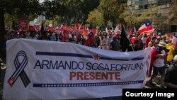 Pancarta sobre Armando Sosa Fortuny, durante marcha en Santiago de Chile. (Foto cortesía)