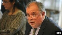El diputado del opositor Partido Nacional Jaime Trobo habla hoy, miércoles 8 de agosto de 2012, en el Parlamento, en Montevideo (Uruguay).