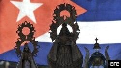 Detalle de varias imágenes de la Virgen de la Caridad del Cobre, patrona de Cuba.