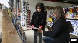 ARCHIVO. Madre e hija eligen un libro en la tienda 7-Eleven de Todd Hansen en Provo (Utah).