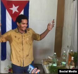 El artista Luis Manuel Otero Alcantara el 9 de agosto en La Habana durante el performance Réquiem por la Patria. Tomado de @Mov_sanisidro.