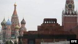 Vista general del mausoleo de Lenin (c) situado entre la catedral de San Basilio (izq) y la torre Spasskaya en la Plaza Roja de Moscú (Rusia) hoy, miércoles 15 de mayo de 2013.