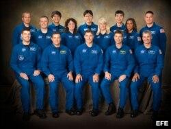 Auñón-Chancellor posa junto a otros 13 astronautas en el Centro Espacial Johnson de la NASA.