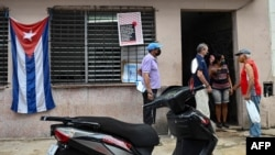 Habaneros hacen cola para recibir la vacuna Abdala contra el coronavirus. (YAMIL LAGE / AFP)
