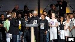 ARCHIVO. El ex presidente sudafricano Nelson Mandela rodeado por personalidades del mundo de la música y el cine.