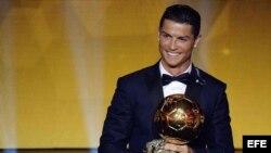 Cristiano Ronaldo celebra después de recibir el Balón de Oro 2014.