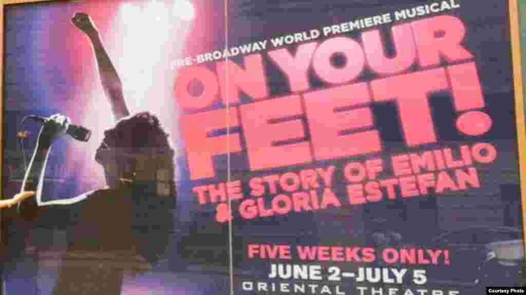 Cartel promocional de la obra, a la entrada del Teatro Oriental de Chicago.