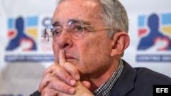 Uribe renuncia a su escaño en el Senado tras ser citado por la Corte Suprema.