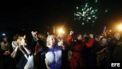 Un grupo de personas celebra el anuncio de los resultados del referendo