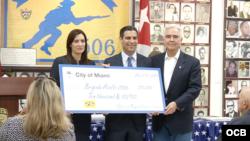 La vicegobernadora de Florida, la cubanoamericana Janet Núñez, el alcalde de Miami, Francis Suárez entregaron la donación al museo de la Brigada 2506. (Kiki López)